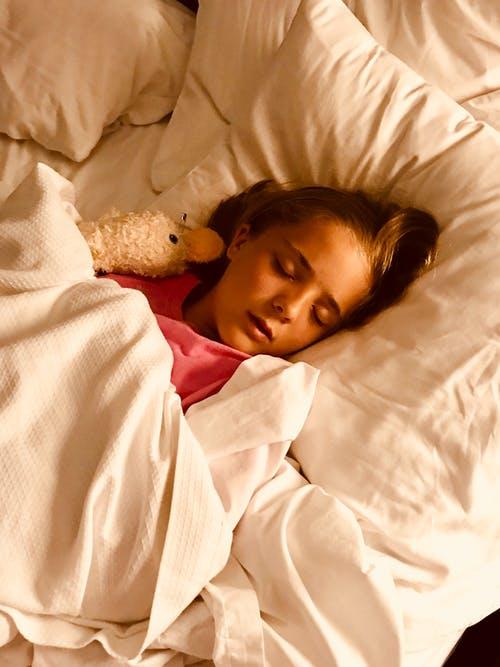 dívka spí