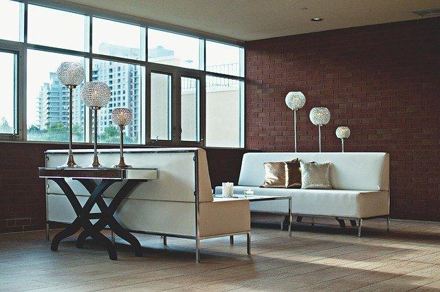 interiér bytu s výhledem na město