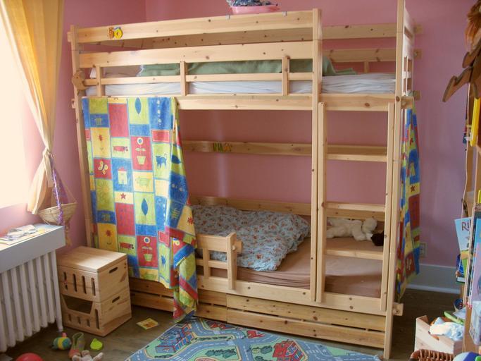 patrová dřevěná postel