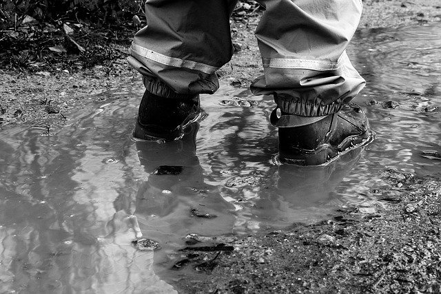 nohy v louži