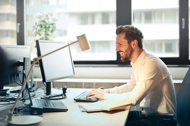 muž u počítače, smích